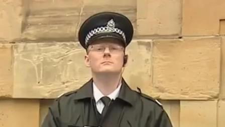 警察告诉路人被通缉,看路人什么反应