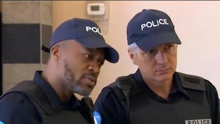 警察请路人戴上丝袜辨认罪犯,路人无奈戴上
