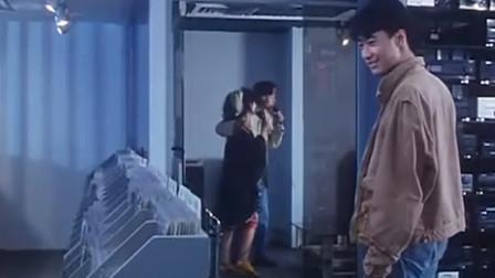 小伙去找女友,不料看到这一幕,小伙你头顶绿了,还笑得出来?