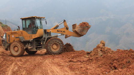 """悬崖峭壁上建大桥,中国挖掘机是怎么""""爬""""上去的?老外直呼:厉害"""