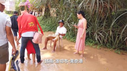 越南美奈港耍蛇人,还和蟒蛇亲嘴,这胆子也太大了