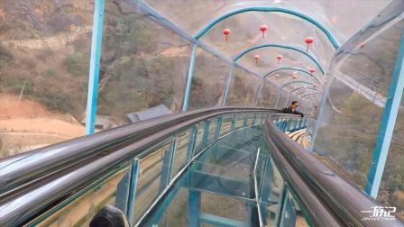 云南丽江:这么高的透明滑梯,真的太刺激了