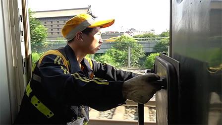 来点正能量!他是铁轨上的瞭望者,也是列车安全守护员
