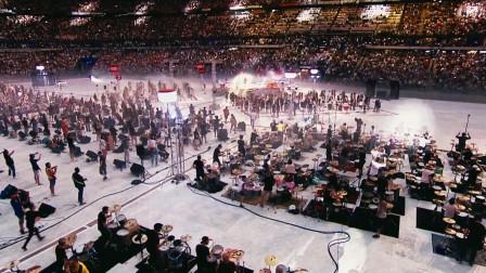 当1000人同时演唱皇后乐队这首歌,感觉地动山摇,太壮观了