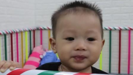 小宝宝好喜欢吃冰糕啊,吃到冰糕的小表情可开心了