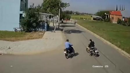 男子偷摩托车被一群人追打,要不是监控,场面难以置信