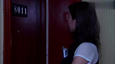 美女给客户送东西,谁知走进房间看见里面布置,瞬间就慌了!