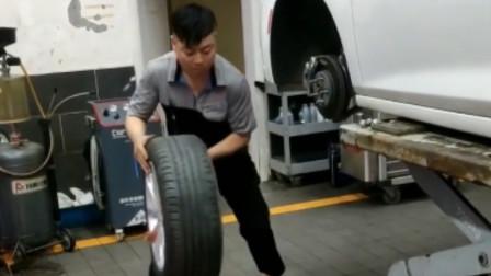 汽修工把轮胎当篮球拍当健身方式