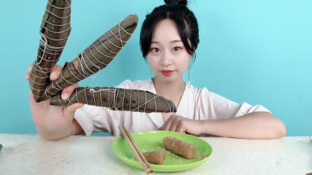 """妹子试吃""""灰水粽"""",这粽子的造型好奇怪,也太长了吧?"""