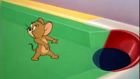 汤姆被卡在了台球案子里,杰瑞拿他当球袋,这还不是他自找的