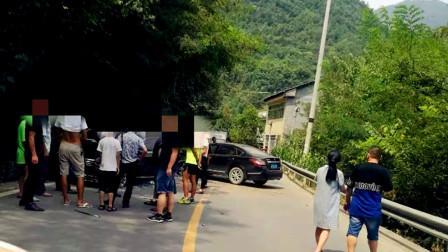 【重庆】两轿车猛烈相撞 现场狼藉车辆受损严重