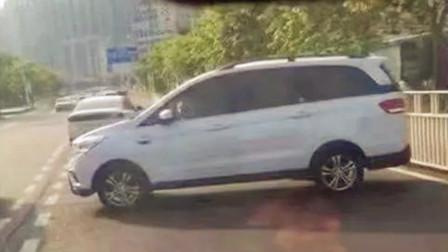 【重庆】男子停车后手刹未拉紧 车辆后溜横停路中间