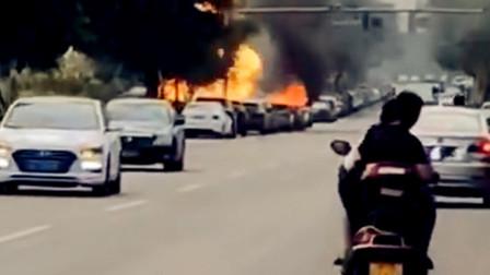 【重庆】车辆街头起火燃烧 现场浓烟冲天
