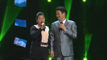 朱之文和妻子同唱《敖包相会》,两人紧紧拉着手,歌声感动全场