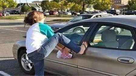 车钥匙不小心锁车里怎么办?老司机:一根铁丝轻松打开车门