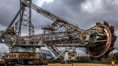 世界上最大的挖掘机,有30层楼高,在它面前人类像蚂蚁