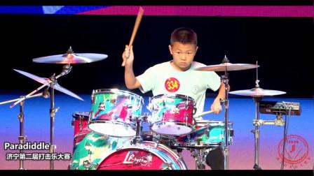 男孩架子鼓表演一首歌曲,打出了完美旋律