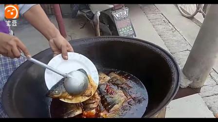 乡下大厨柴火铁锅炖大鱼, 味道真不错, 看的我赶紧回农村尝尝鲜