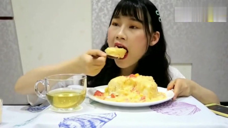 美女吃播无油爆浆的杨枝甘露蛋糕