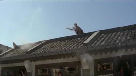 小伙飞檐走壁,这枪法也太准了,一枪就干掉一个敌人!