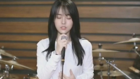 《我们的纪念》姑娘柔情演唱,熟悉的旋律谁还记得《放羊的星星》