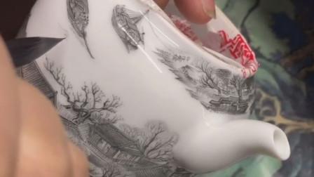 景德镇小伙在茶壶上绘清明上河图