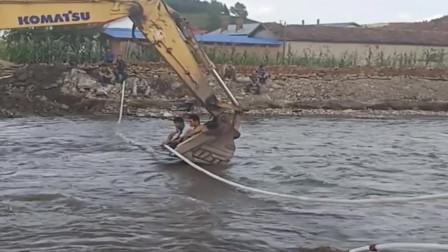 正能量:洪水把自来水管冲断了,村长请挖机来帮忙!