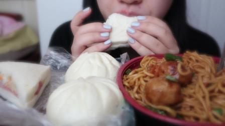 炒面+鸡肉串+土豆火腿三明治+奥尔良包+豆腐包+冰豆浆 吃播~美食~