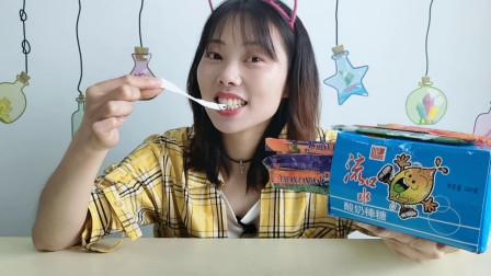 """美食拆箱:小姐姐吃""""酸奶棒糖"""",白色长条,超酸体验趣味多"""