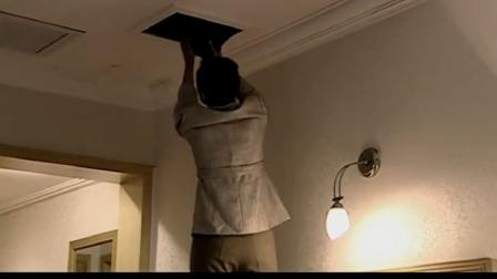 年代剧:李白玲故意支走高洋,爬到墙顶上偷看东西,不料高洋没走