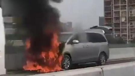 杭州高架一辆商务车自燃 致后方堵车三公里