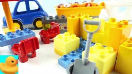 积木零件帮助小动物组装小房子