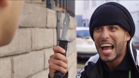 四川方言:最奇葩推销员,买菜刀送抢劫套装!笑喷