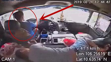 """司机开车突然不省人事,男子反应""""神速""""避免了一场大的事故!"""