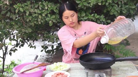 一锅炒面就能满足的乡村姑娘,这顿饭看着平凡,吃着很满足