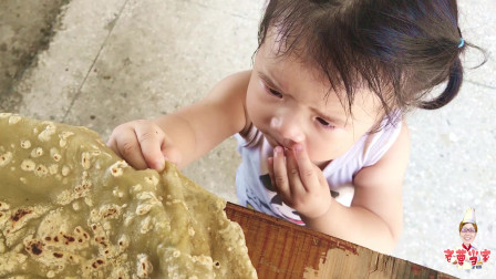 1碗薯粉2个鸡蛋,农村老王做Q弹蛋皮,1岁半外孙女没上桌就偷吃