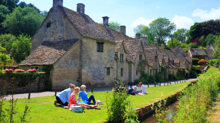 英国护照上的村庄,被誉为英格兰最美丽的乡村,因一排石屋而闻名