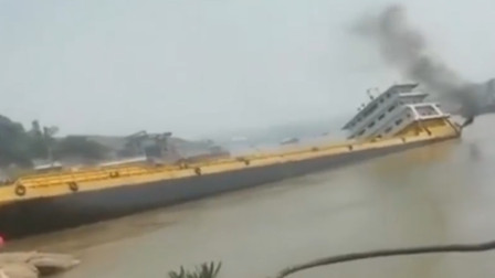 现场!重庆一货船靠岸时侧翻下沉 激起巨大水花