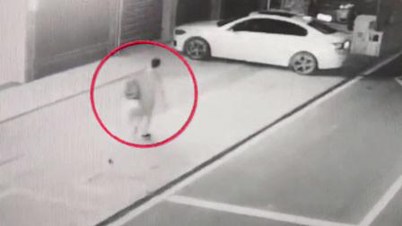 """男子见""""清纯女网友""""盗窃凑路费 发现是39岁女子怒砸20辆车"""