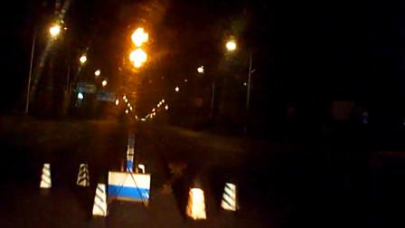 【重庆】男子驾车时发信息报平安  结果撞上红绿灯