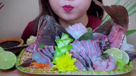 韩国吃播小姐姐,吃生鱼肉配粉丝,蘸点酱料大口大口往嘴里塞
