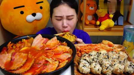 """韩国吃播:""""培根部队汤+饭团"""",搭配泡菜一起,卡妹吃得真馋人"""