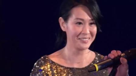 劉若英和伍佰演唱很愛很愛你萬人大合唱現場真的好聽哭了