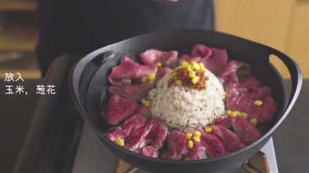 牛肉在铁板上煎的滋滋作响,拌上炒饭,铁板黑椒牛肉饭香的!