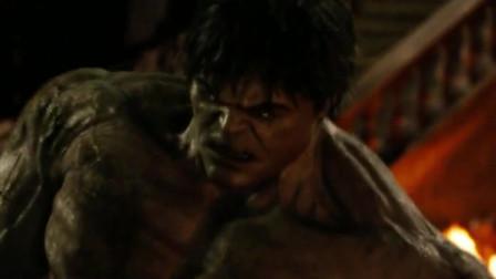 两个绿巨人打起来,浩克使出全力勒住铁链,直接把对手秒了
