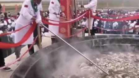 中国最大锅手扒肉!40只羊同煮一锅创纪录,锅边贴满馍馍