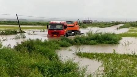 正能量:村里发洪水了,老司机冒险拉着挖掘机进村修河堤!