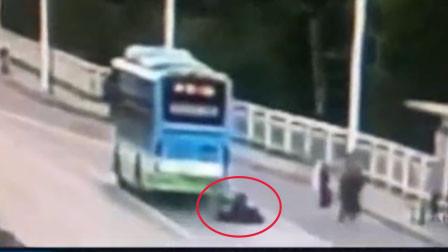 安徽一男子骑车看手机猛怼公交 撞掉上嘴唇