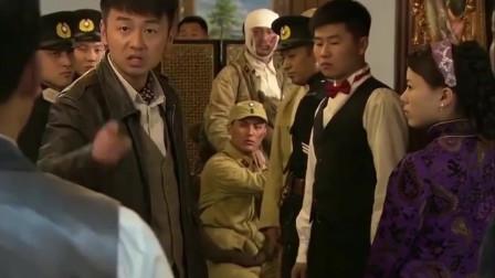 飞哥大英雄:伤兵在餐厅吃饭被看不起,警察怒对他们不配,哥们看不过去霸气回怼!
