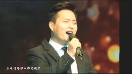云飞找出生地内蒙古演唱了这首《乡音陕北》全场响起热烈鼓掌!